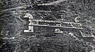 Στον λόφο της Γορίτσας στον Βόλο υπάρχουν τα θεμέλια ενός κτίσματος, 250 περίπου τ.μ. Μόνο με παρατήρηση από ψηλά διακρίνεται ολοκάθαρα το ЭIЄ.