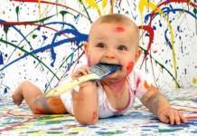 μωρό ζωγραφίζει