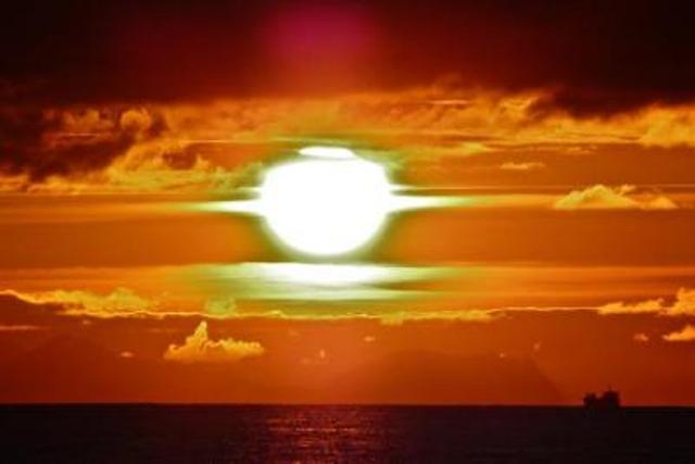 Η Γέφυρα Μεταξύ Σείριου Γης και ο Ήλιος του Μεσονυκτίου