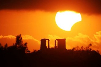Ήλιος και αρχαίος ναός