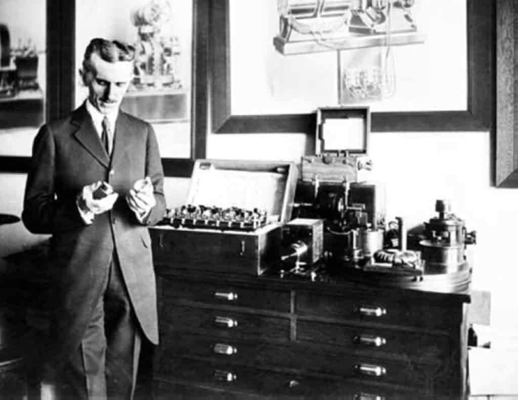 Ο Νίκολα Τέσλα (1856-1943), ένας «αουτσάιντερ» επιστήμονας κι εφευρέτης, είναι ο άνθρωπος που ανακάλυψε τον 20ό αιώνα.