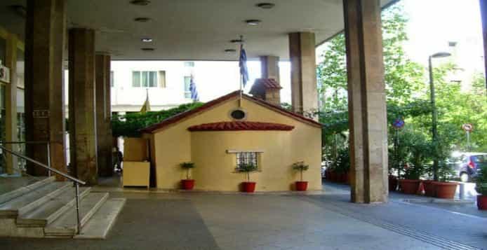 Τι Κρύβεται Κάτω από το Εκκλησάκι που Βρίσκεται Χωμένο στις Κολώνες του Υπουργείου Παιδείας
