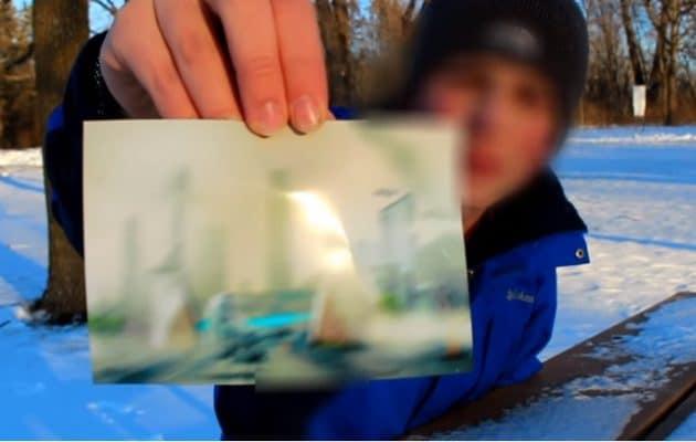 Ισχυρίζεται ότι Ταξίδεψε στο 6000 και Έδειξε Φωτογραφία από εκεί (video)