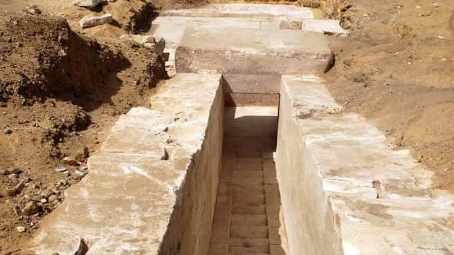 Βρέθηκε Μυστηριώδης Σκάλα Κοντά στις Πυραμίδες της Αιγύπτου που Οδηγεί Κάτω από την Επιφάνεια (video)