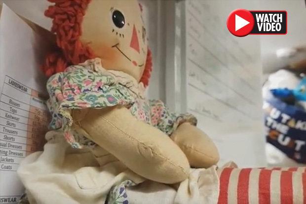 Έβαλε Κρυφή Κάμερα σε Δαιμονισμένη Κούκλα και ΑΥΤΟ που ΚΑΤΕΓΡΑΨΕ ήταν ΤΡΟΜΑΚΤΙΚΟ (video)