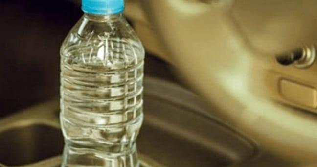 Προσοχή: Ποτέ ΔΕΝ Πρέπει να Αφήνουμε Πλαστικά Μπουκάλια με Νερό στο Αυτοκίνητο (video)