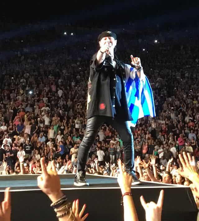 Οι Scorpions Τραγούδησαν στην Αθήνα με την Ελληνική Σημαία Αγκαλιά (videos)