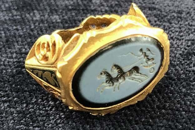 Έκανε Ανίχνευση Μετάλλων. Όταν Βρήκε ΑΥΤΟ το Δαχτυλίδι με την Θεά Νίκη, ΔΕΝ Πίστευε τα Μάτια του!!!