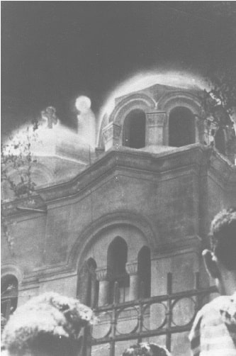 Μια φωτογραφία της Παναγίας πάνω από την εκκλησία της Παναγίας στο Zeitoun του Καΐρου