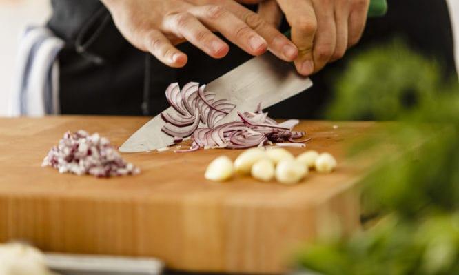 Πώς Διώχνω από τα Χέρια τη Μυρωδιά από Κρεμμύδι και Σκόρδο [vid]