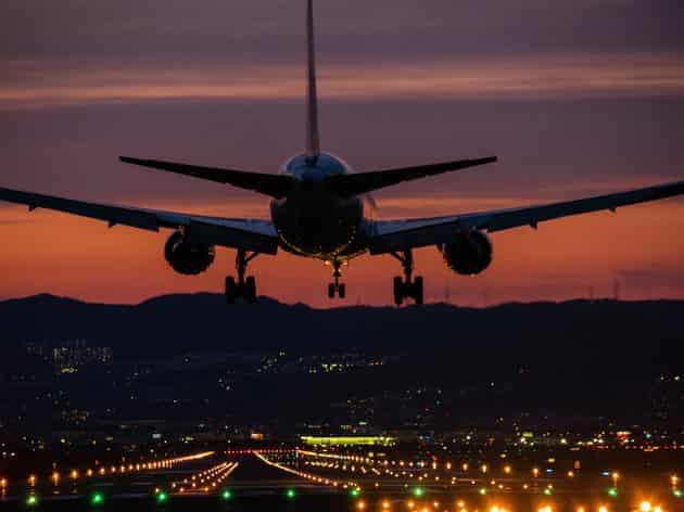 Πιλότος Αποκαλύπτει μια Τρομακτική Αλήθεια για τις Νυχτερινές Προσγειώσεις