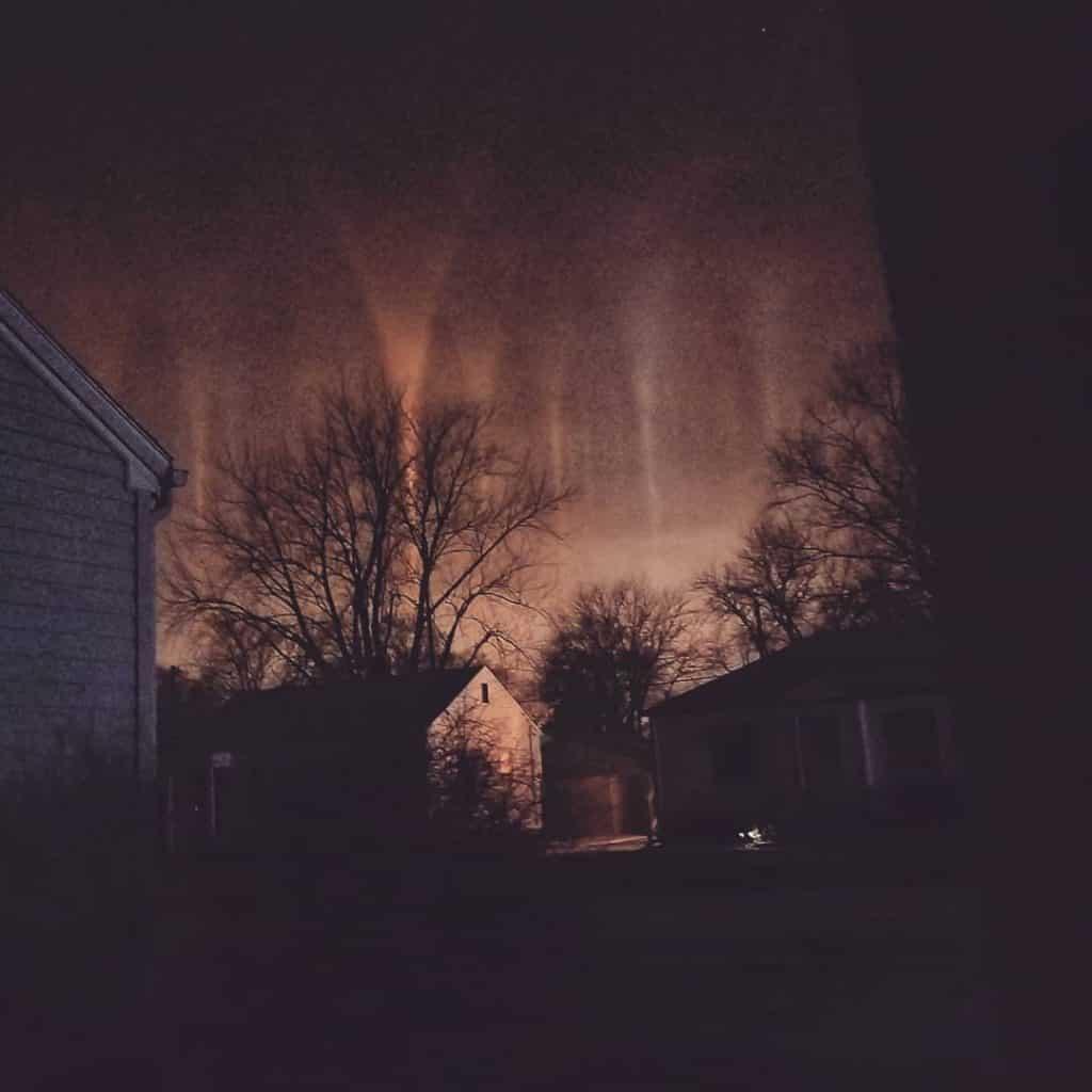 Φωτεινοί Πυλώνες Μη Ανθρώπινοι Βυθίζονται στη γη με Παράδοξο Θέαμα