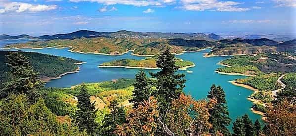 Το Μακάβριο Μυστικό που Βρίσκεται Κρυμμένο στον Πυθμένα της Ειδυλλιακής Λίμνης Πλαστήρα, για πάνω από 50 χρόνια
