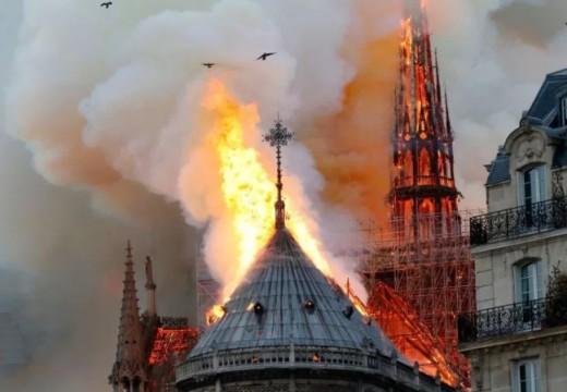 Παράξενες Συμπτώσεις: Κεραυνός στην Ακρόπολη και Πυρκαγιά στην Παναγία των Παρισίων