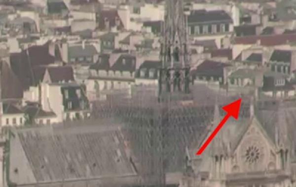 Βίντεο Δείχνει Ύποπτη «Φιγούρα» στην Οροφή της Παναγίας των Παρισίων και μετά ακολουθεί μία λάμψη