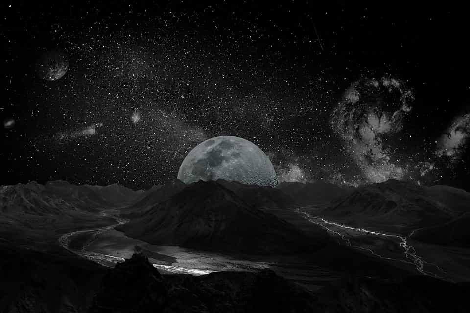Μυστηριώδης Οβελίσκος Εντοπίζεται στο Κέντρο ενός Κρατήρα της Σελήνης