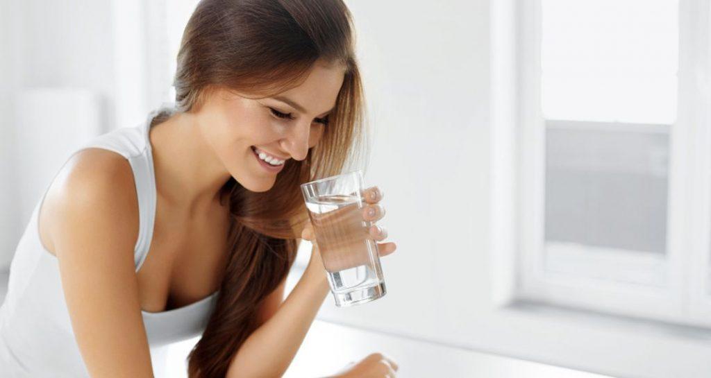 Ένα Απλό Τρικ για να Καταλάβεις αν Πίνεις Αρκετό Νερό