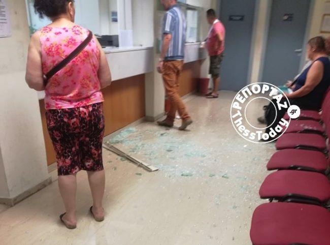 Έσπασε με τα χέρια του τζαμαρία στο ΙΚΑ εξαγριωμένος άνδρας γιατί τον ταλαιπωρούσαν 10 μέρες (βίντεο)