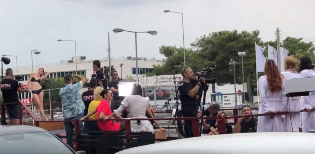 GNTM: Νταλίκα στην Κηφισίας με Μοντέλα που Κάνουν Ντους! Το μάρκετινγκ αγγίζει το Χόλιγουντ (video)