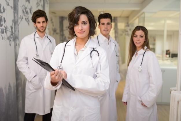 Ανέκδοτο: Σε ένα ιατρικό συνέδριο, ένας γιατρός καμακώνει μια γυναίκα συνάδελφο