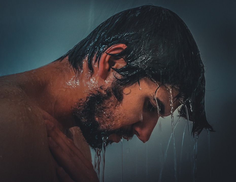 Η Κακή Συνήθεια στο Ντουζ που Προκαλεί Φαλάκρα και Τριχόπτωση