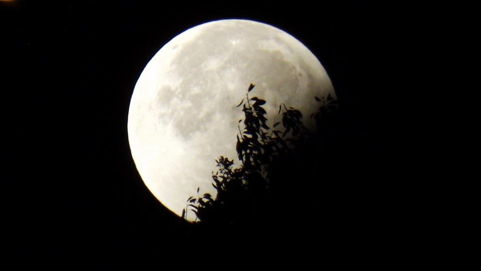 H Σημερινή Έκλειψη Σελήνης Φέρνει Αποκαλύψεις στα Ζώδια