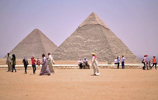 """Μικρή Σφαίρα Βγαίνει από """"Αντικείμενο"""", πάνω από τη Μεγάλη Πυραμίδα της Γκίζας"""
