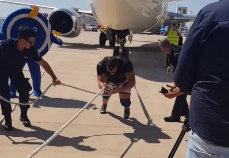 Βίντεο με τον Έλληνα που κατάφερε και τράβηξε αεροπλάνο βάρους 65 τόνων για «Το χαμόγελο του Παιδιού»