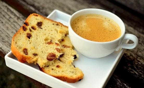 Αλμυρό κέικ με φέτα, φυστίκι αιγίνης και αποξηραμένα φρούτα ή άλλες παραλλαγές
