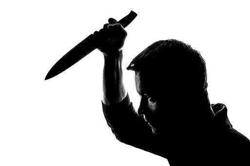 «Κάρφωσα τον Διάβολο» λέει η γυναίκα που μαχαίρωσε τον κουμπάρο της στο λαιμό