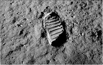 Μπίλ Κέισινγκ: Ο άνθρωπος που επιχείρησε να μας πείσει ότι δεν πατήσαμε ποτέ στο φεγγάρι