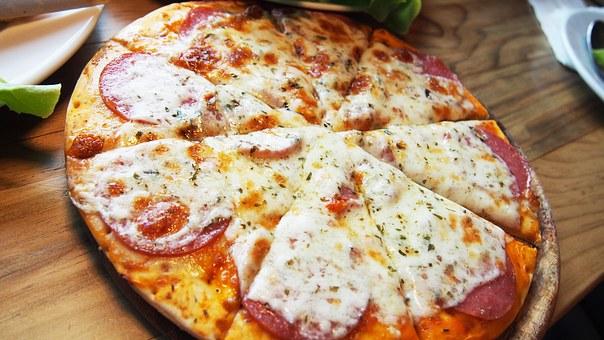 Πίτσα από ζύμη πατάτας, με ζαμπόν, τυρί στο τηγάνι