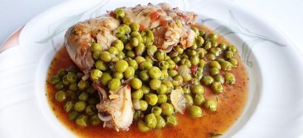 Κοκκινιστό κοτόπουλο με αρακά