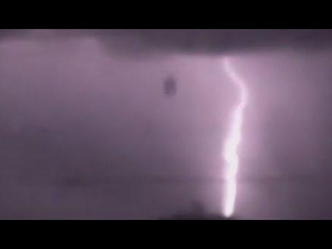 Τεράστιο αντικείμενο πέφτει από τον ουρανό πιο γρήγορα και από την αστραπή, κατά τη διάρκεια καταιγίδας πάνω από το Σαν Αντόνιο στο Τέξας (video)