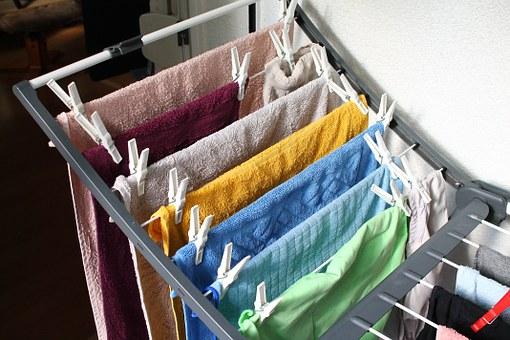 Λόγοι για να μην στεγνώνουμε ρούχα μέσα στο σπίτι στην απλώστρα