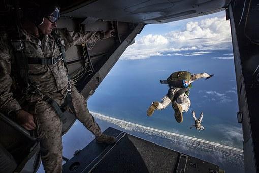 Ανέκδοτο: Πάει ένας στους αλεξιπτωτιστές και δεν θέλει να πηδήξει από το αεροπλάνο