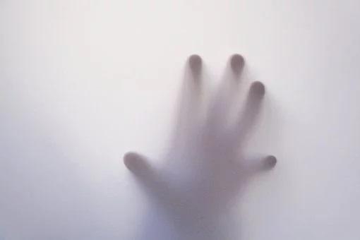 Το κορίτσι που άγγιξε φάντασμα και το χέρι του έγινε αόρατο μέσα στο άυλο σώμα και ένιωσε κάτι ψυχρό να το διαπερνά