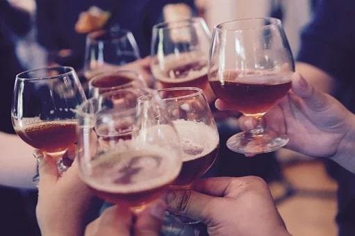 3 tips για να μην ζαλιστούμε από το ποτό στις γιορτές