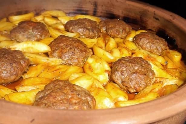 Μπιφτέκια με πατάτες κοκκινιστές σε κυκλοθερμικό φούρνο